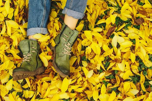 Buty W żółte Jesienne Liście Darmowe Zdjęcia