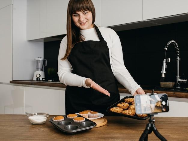 Buźka Blogerka Nagrywa Się Podczas Przygotowywania Muffinek Darmowe Zdjęcia