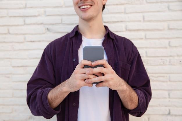 Buźka Człowieka Posiadającego Smartphone Darmowe Zdjęcia