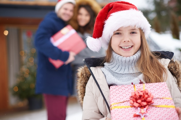Buźka Dziewczyna Z Prezentem Bożonarodzeniowym Na Głównym Widoku Darmowe Zdjęcia
