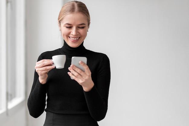 Buźka Kobieta Pije Kawę Darmowe Zdjęcia