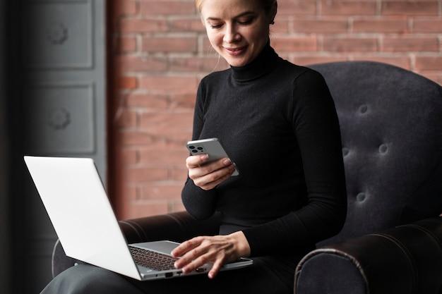 Buźka Kobieta Pracuje Z Laptopem I Smartfonem Darmowe Zdjęcia