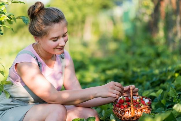 Buźka Kobieta Trzyma Kosz Owoców Darmowe Zdjęcia