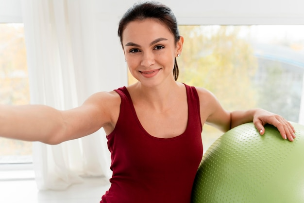 Buźka Kobieta W Ciąży Przy Selfie Obok Piłki Fitness Darmowe Zdjęcia