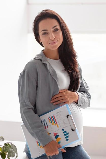 Buźka Kobieta W Ciąży W Domu Trzymając Schowek Darmowe Zdjęcia
