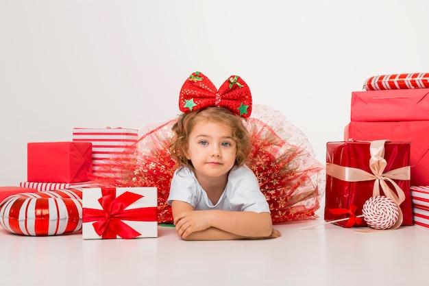 Buźka Małe Dziecko Otoczone świątecznymi Elementami Premium Zdjęcia
