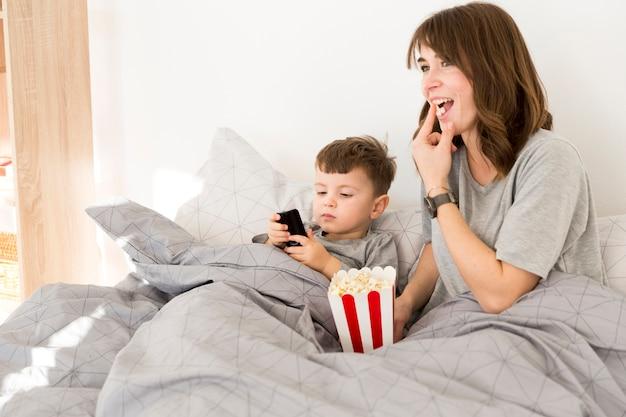 Buźka Mama I Syn Jedzenie Popcornu Darmowe Zdjęcia
