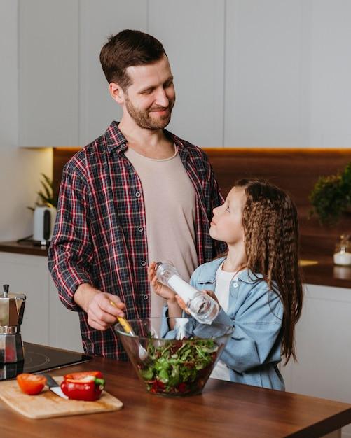 Buźka Ojciec Z Córką Przygotowuje Jedzenie W Kuchni Darmowe Zdjęcia