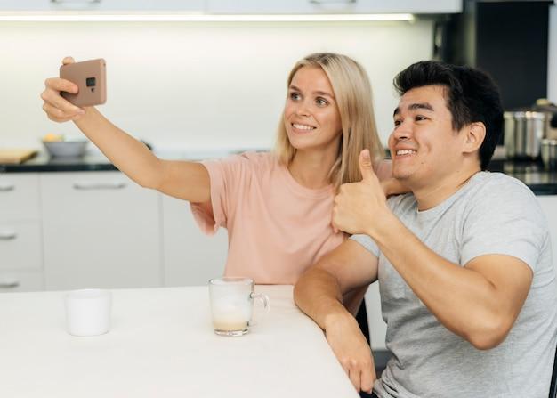 Buźka Para W Domu Podczas Pandemii Robienia Selfie Ze Smartfonem Darmowe Zdjęcia