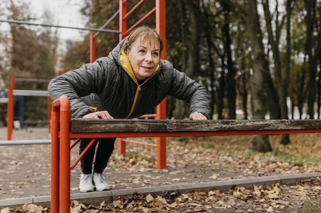Buźka Starsza Kobieta Robi Pompki Na Zewnątrz Darmowe Zdjęcia