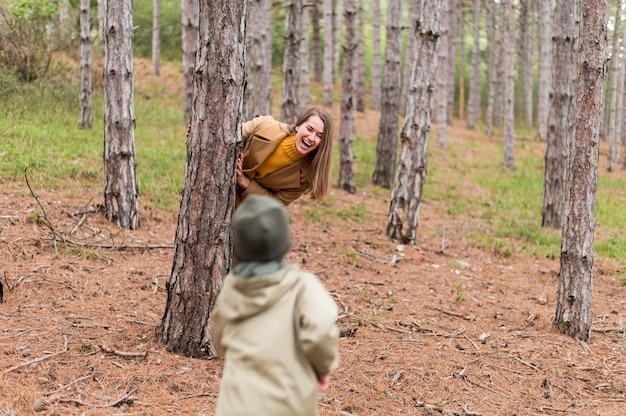 Buźka Ukrywa Się Za Drzewem Przed Swoim Synem Darmowe Zdjęcia