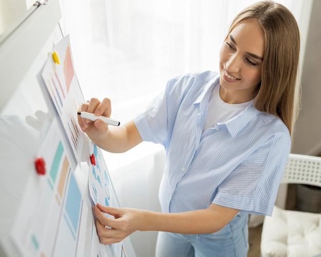 Buźka W Ciąży Bizneswoman Daje Prezentację W Biurze Przy Użyciu Tablicy Darmowe Zdjęcia