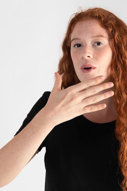 Całkiem Dorosła Kobieta Nauczania Języka Migowego Premium Zdjęcia