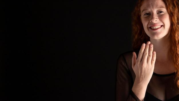 Całkiem Dorosła Kobieta Nauczania Języka Migowego Darmowe Zdjęcia
