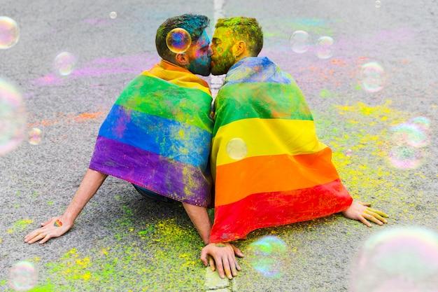 Całuj słodkie gejowskie ukochane siedzące na utwardzonej drodze Darmowe Zdjęcia