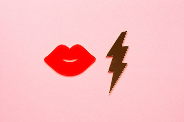 Całujące Usta Kobiety świecą Na Różowo W Kolorze Na Tle Papieru. Projekt Karty Z Pozdrowieniami Z Miejsca Na Kopię. Bliska Widok Z Góry Obiektu Pocałunek Seksowny Premium Zdjęcia