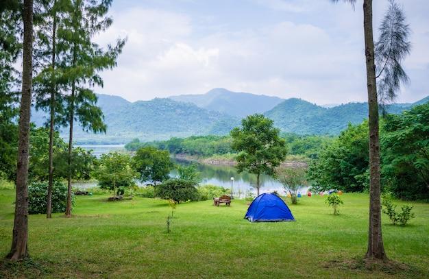 Camping i namiot w parku przyrody Premium Zdjęcia