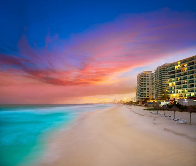 Cancun forum beach sunset in mexico Premium Zdjęcia