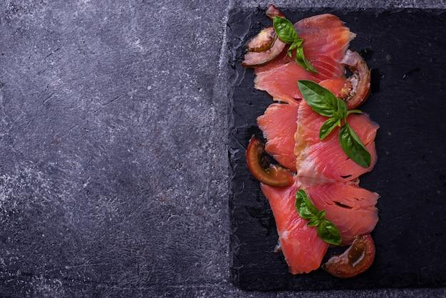 Carpaccio Z łososia Z Bazylią I Pomidorem. Selektywne Skupienie Premium Zdjęcia