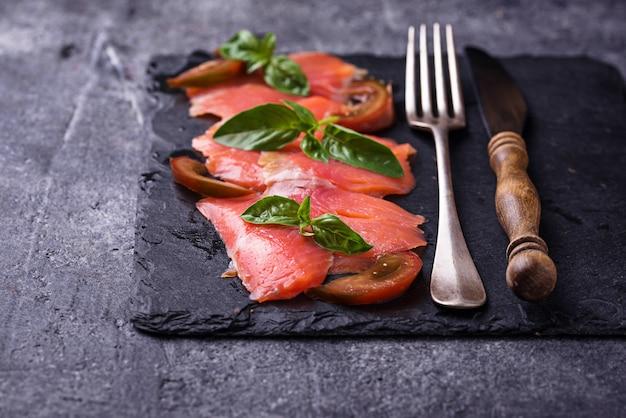 Carpaccio Z łososia Z Bazylią I Pomidorem Premium Zdjęcia