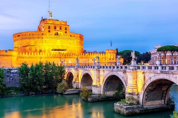 Castel Sant'angelo I Sant'angelo Bridge O Zmierzchu W Rzymie. Premium Zdjęcia