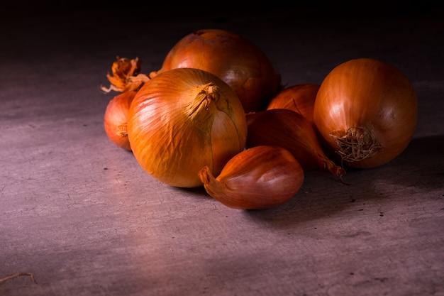Cebule I Szalotki Z ładnym światłem Na Plakat Do Dekoracji Kuchni Premium Zdjęcia