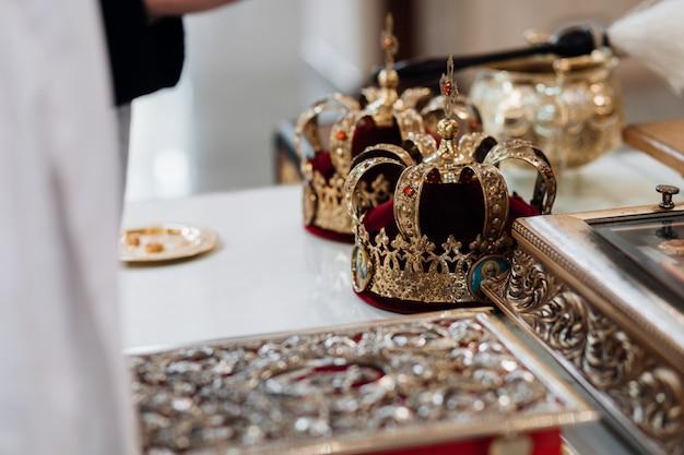 Cenne Korony Weselne W Kościele Dla świętego Rytuału Małżeńskiego Darmowe Zdjęcia