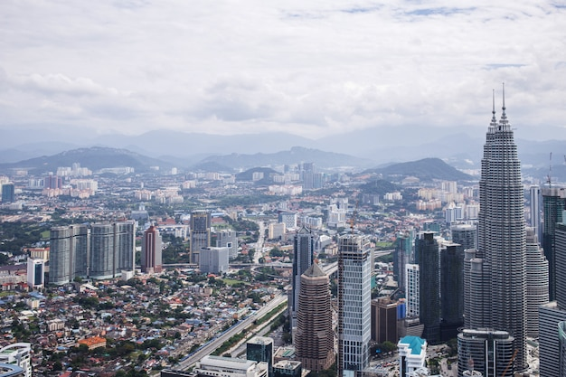 Centrum Miasta Z Bliźniaczymi Wieżami Petronas, Panoramę Kuala Lumpur Premium Zdjęcia