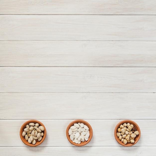 Ceramiczne Miseczki Z Orzechami I Nasionami Darmowe Zdjęcia