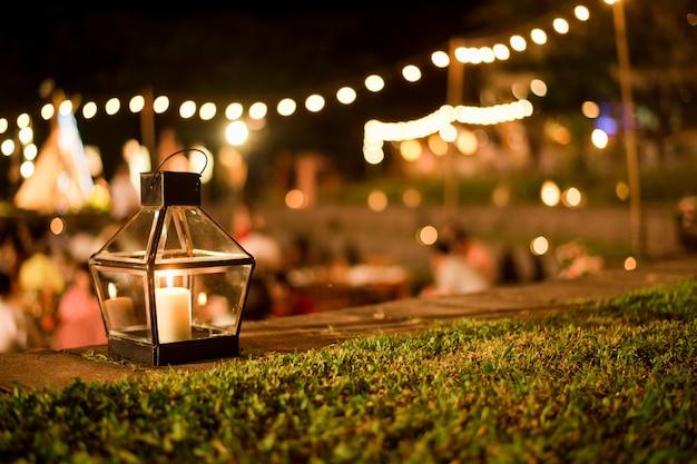 Ceremonia ślubna Z Kwiatami Na Zewnątrz W Ogrodzie Premium Zdjęcia