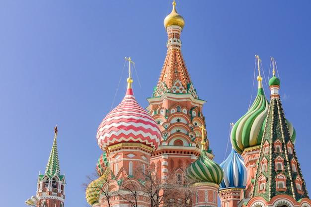 Cerkiew Wasyla Błogosławionego Na Placu Czerwonym W Moskwie. Kopuły Katedry Oświetlone Słońcem Premium Zdjęcia