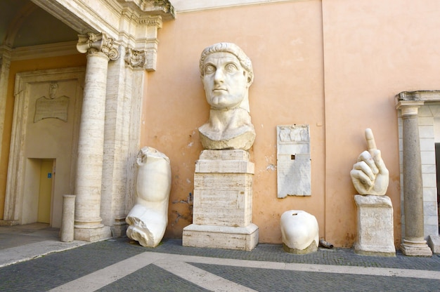 Cesarz Konstantyn Fragmenty Gigantycznego Posągu W Muzeach Kapitolińskich, Rzym, Włochy Premium Zdjęcia