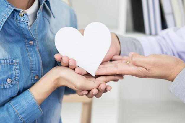 Charytatywne, Opieki Zdrowotnej, Darowizny I Pojęcia Medycyny - Ręka Mężczyzny Lekarz Dając Serce Pacjenta Premium Zdjęcia