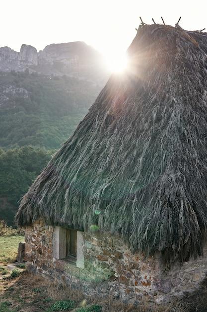 Chata We Wsi La Peral Ze Słońcem W Tle. Premium Zdjęcia
