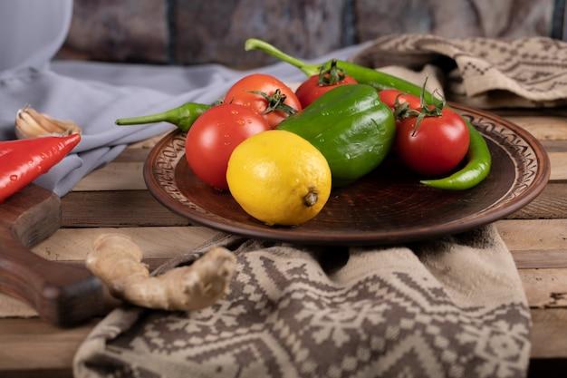 Chilli, Pomidor I Cytryna W Brązowym Talerzu Darmowe Zdjęcia