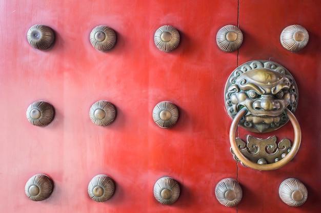 Chinatown tradycyjne czerwone drewniane drzwi opiekun mosiężny uchwyt Premium Zdjęcia