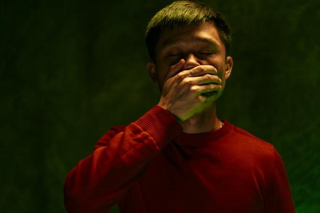 Chińczyk Zakrywający Usta I Kaszlący. Koncepcja Wybuchu Koronawirusa Premium Zdjęcia