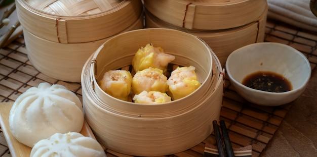 Chińska Kluska Gotowana Na Parze I Gotowana Na Parze Bułka Wieprzowa W Bambusowym Parowcu Z Chopstick Premium Zdjęcia