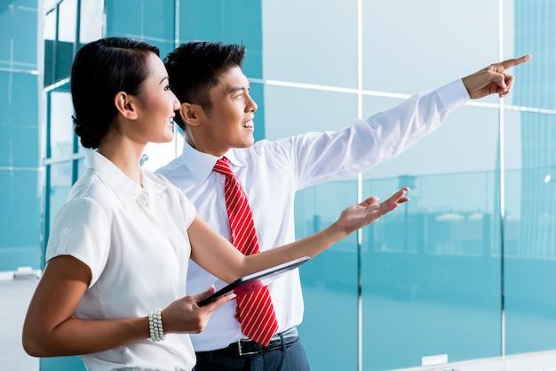 Chiński Biznesowy Mężczyzna Wyjaśnia Jego Pomysł Premium Zdjęcia