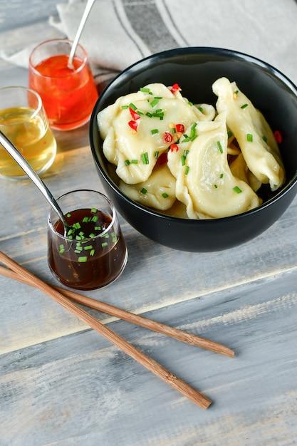 Chiński dim sum z trzema rodzajami sosów Premium Zdjęcia