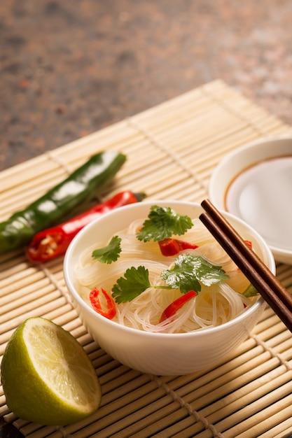 Chiński makaron z papryką chili Premium Zdjęcia