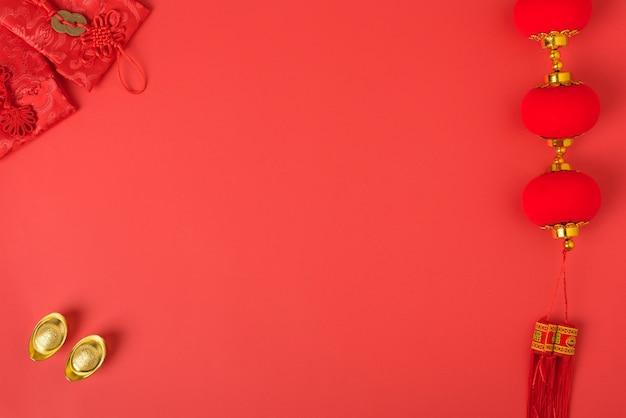 Chiński Nowy Rok Festiwalu, Płaskie świeckich Widok Z Góry, Szczęśliwy Chiński Nowy Rok Z Czerwoną Kopertą I Złota Wlewki Na Czerwonym I Copyspace Premium Zdjęcia