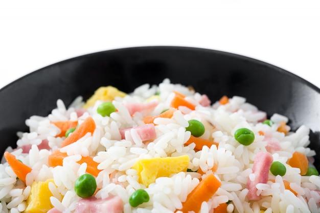 Chiński Smażony Ryż Z Warzywami I Omlet W Czarnym Misce Na Białym Tle Premium Zdjęcia