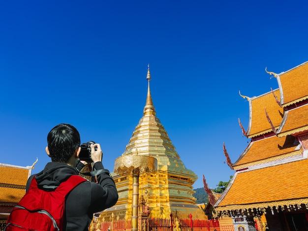 Chiński Turysta Obecnie Fotografuje świątynię Phra That Doi Suthep W Chiang Mai W Tajlandii. Premium Zdjęcia