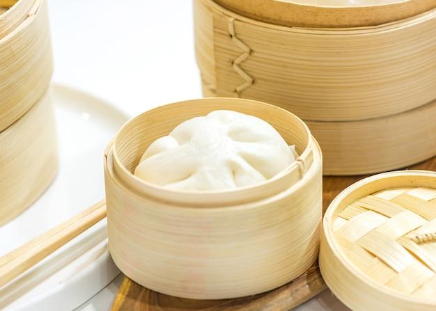 Chińskie Knedle Bułeczki Gotowane Na Parze, Bułka Gotowana Na Parze Podawane W Drewnianym Koszu Premium Zdjęcia