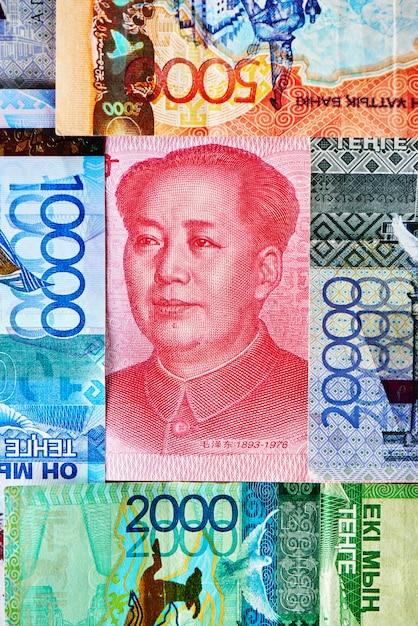 Chińskie Pieniądze Yuan I Kazachski Tenge. Premium Zdjęcia