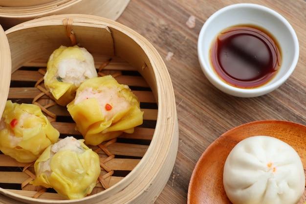 Chińskie pierożki na parze i bułki Premium Zdjęcia