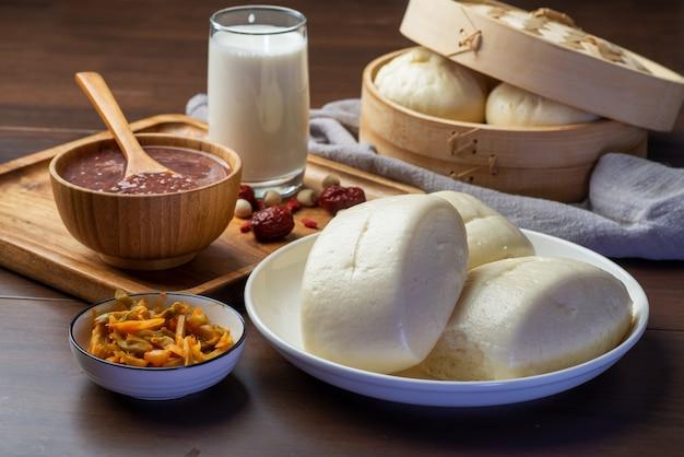 Chińskie śniadanie. Na Stole Są Bułeczki Na Parze I Owsianka Premium Zdjęcia