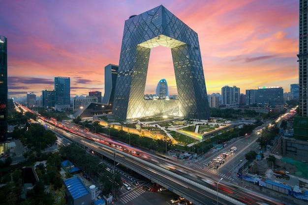 Chiny pekin city. noc w budynku china central television (cctv) jest bardzo spektakularna w pekinie. Premium Zdjęcia