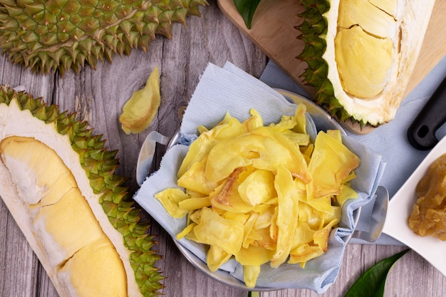 Chipsy Smażone Durian I Pokrojone Owoce Durian Na Stole W Kuchni. Premium Zdjęcia
